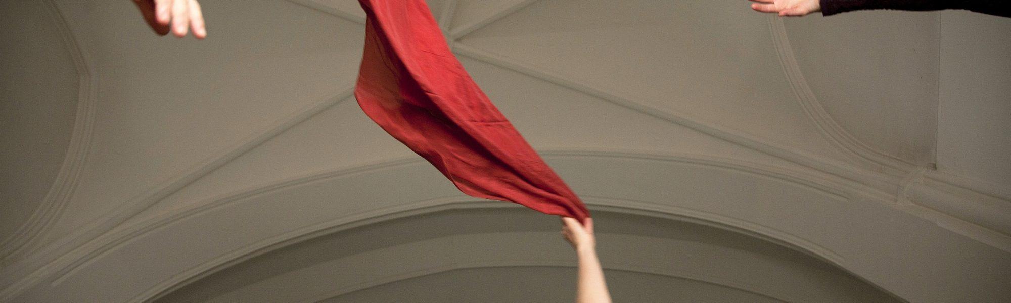 Arme, Hände ein rotes Tuch schwingt unter dem Gewölbe